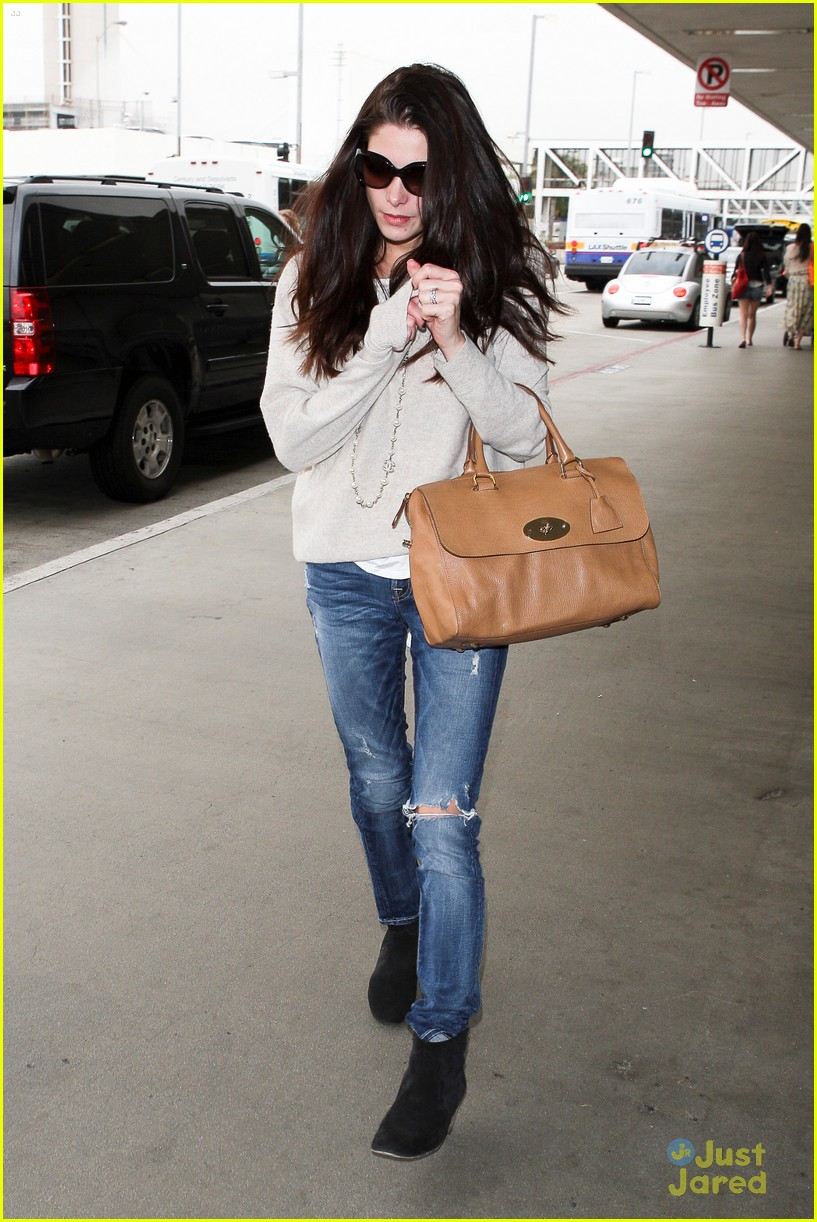 ashley greene lax jfk 06