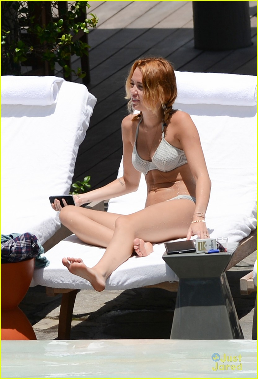 miley cyrus miami pool 04
