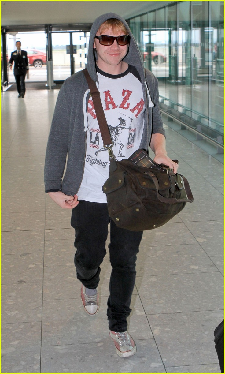 rupert grint hoodie heathrow 01