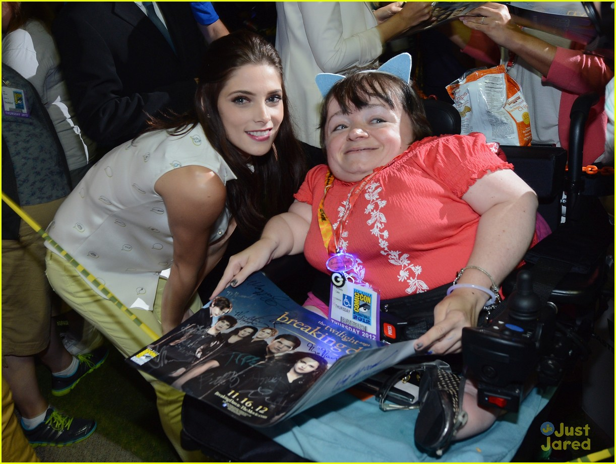 ashley greene comic con twi fan event 01