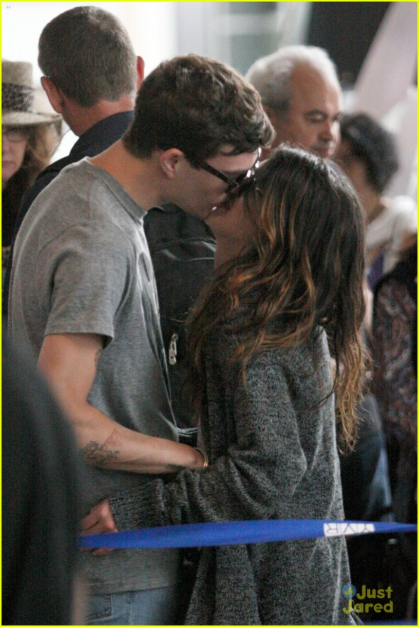 grimes airport kiss 04
