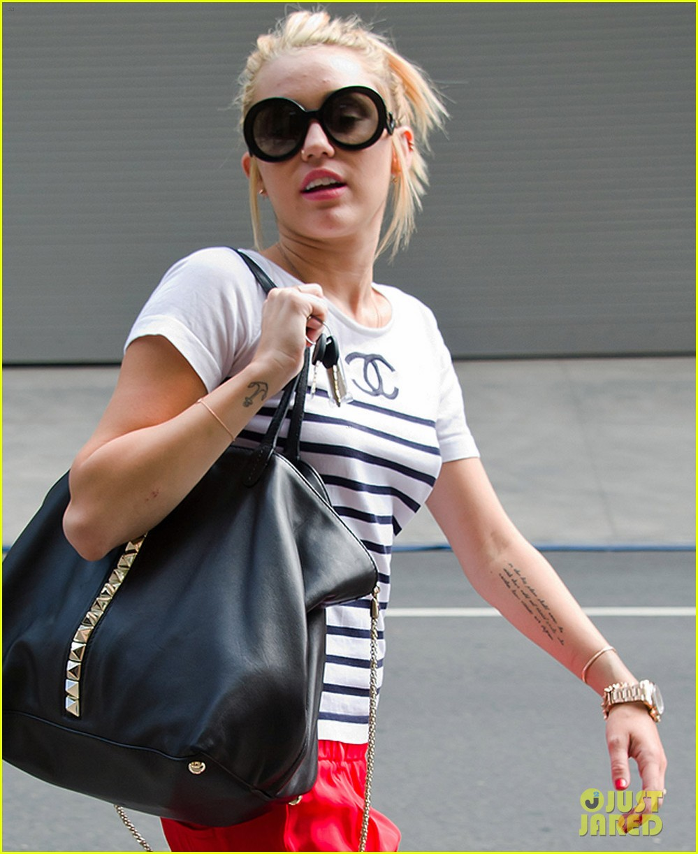 miley cyrus visiting liam on set 02