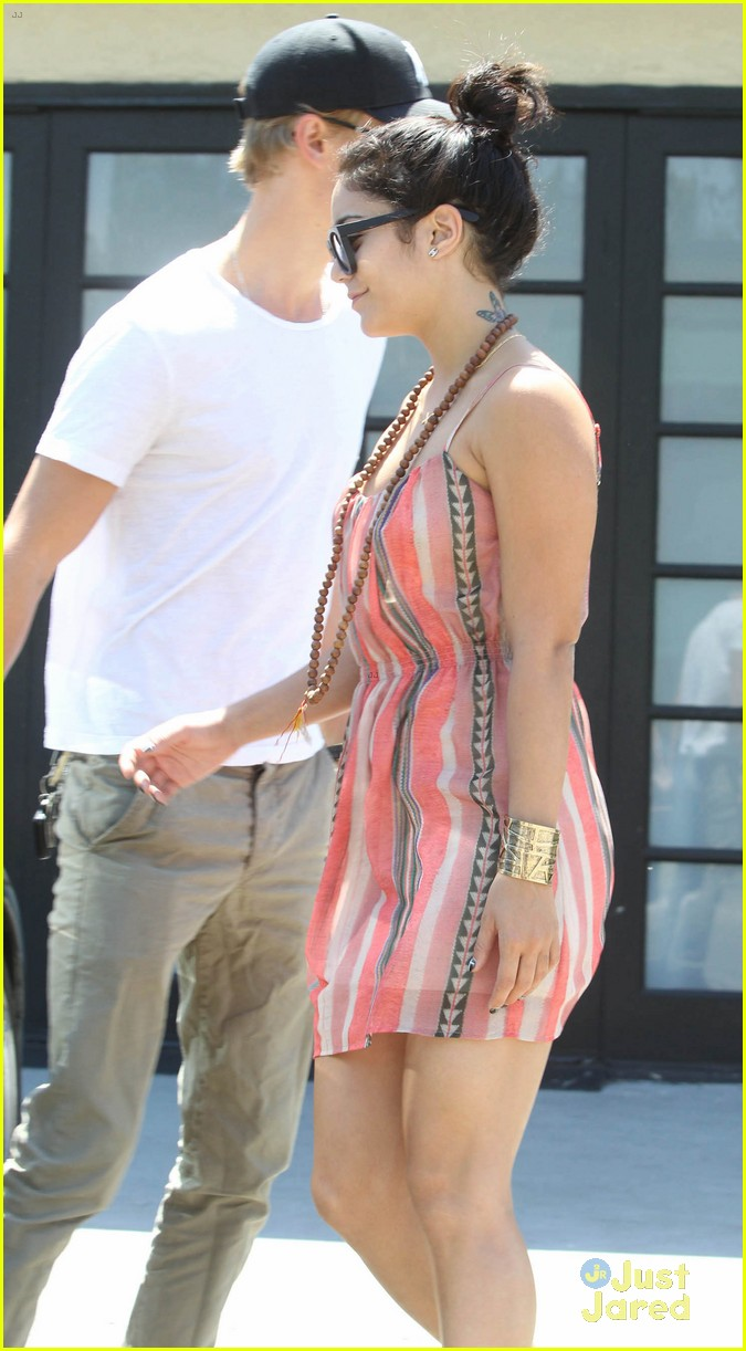 vanessa hudgens austin butler studio cafe couple 03