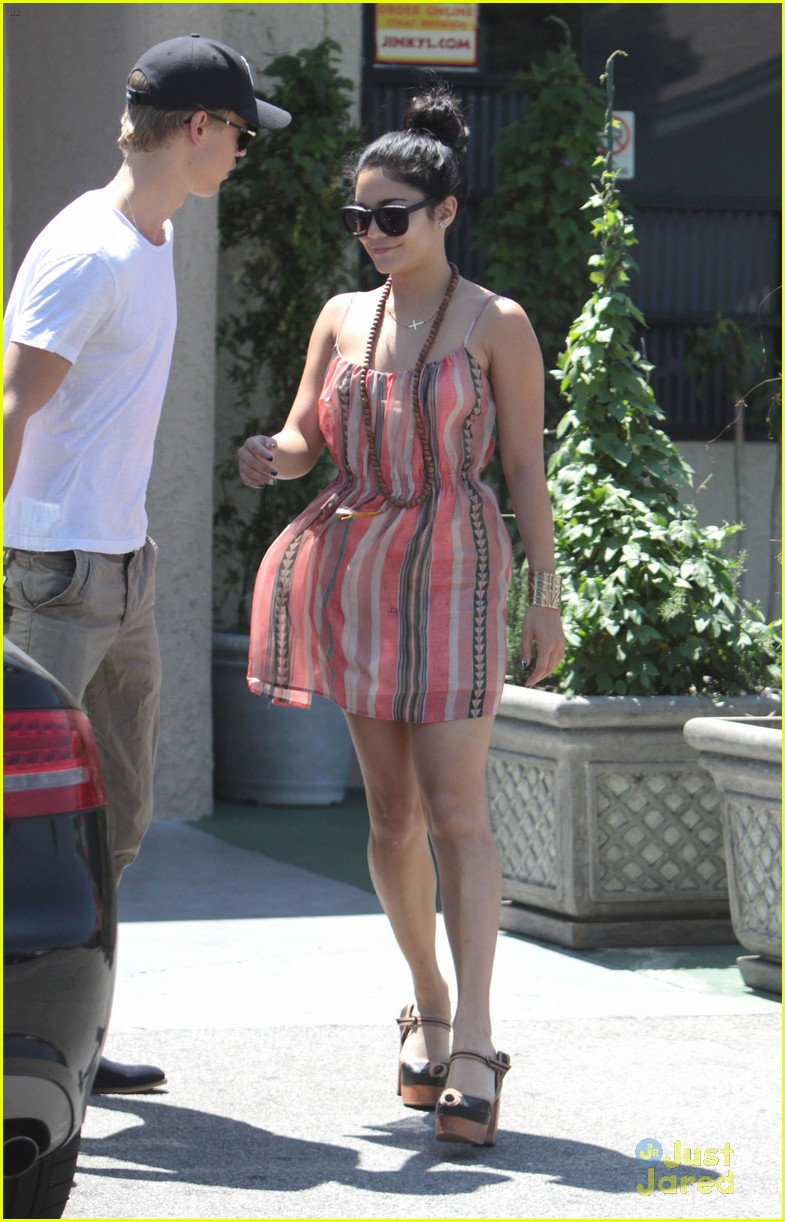 vanessa hudgens austin butler studio cafe couple 07