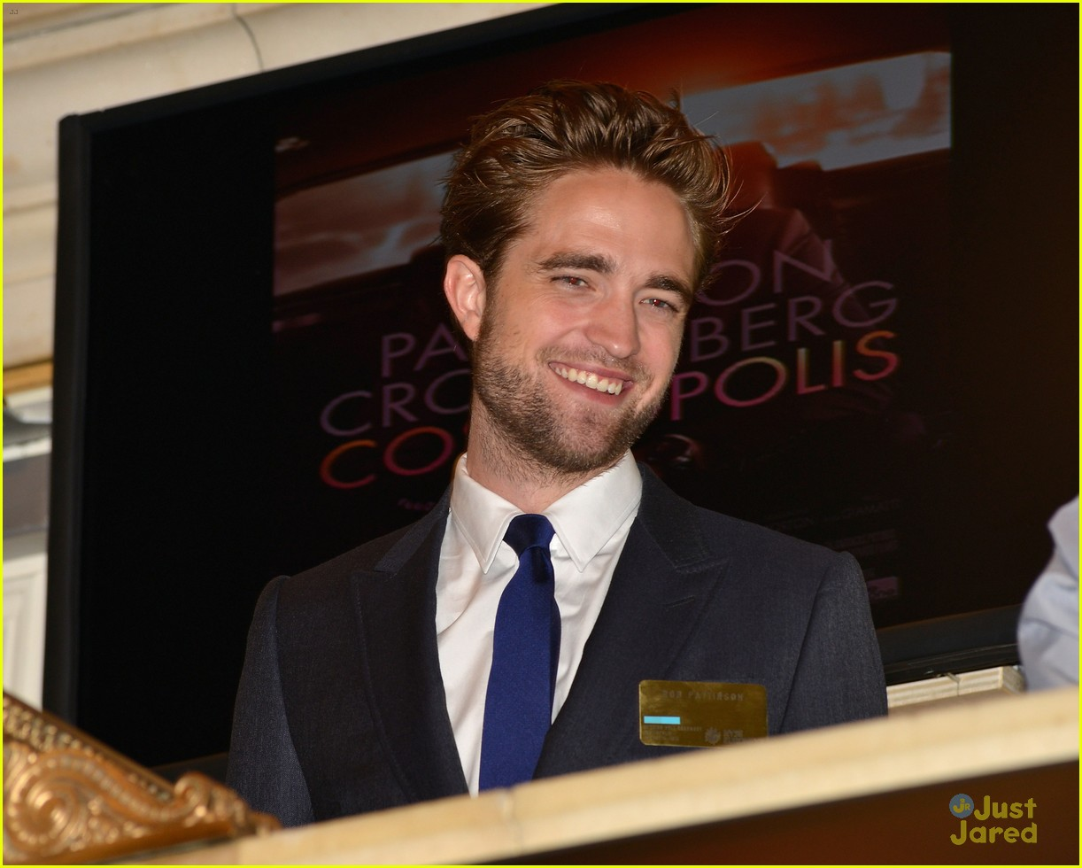 robert pattinson rings bell at new york stock exchange 04