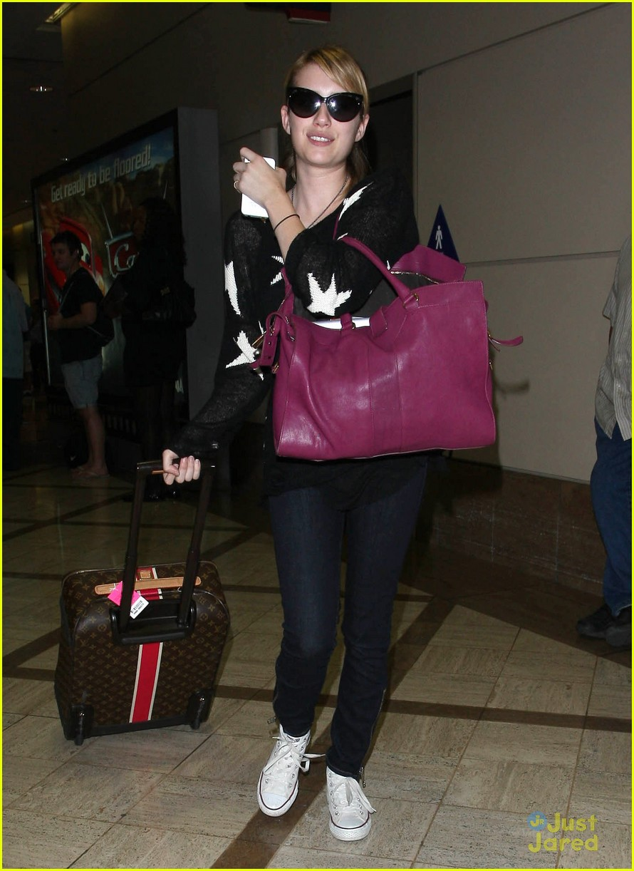 emma roberts lax landing 08