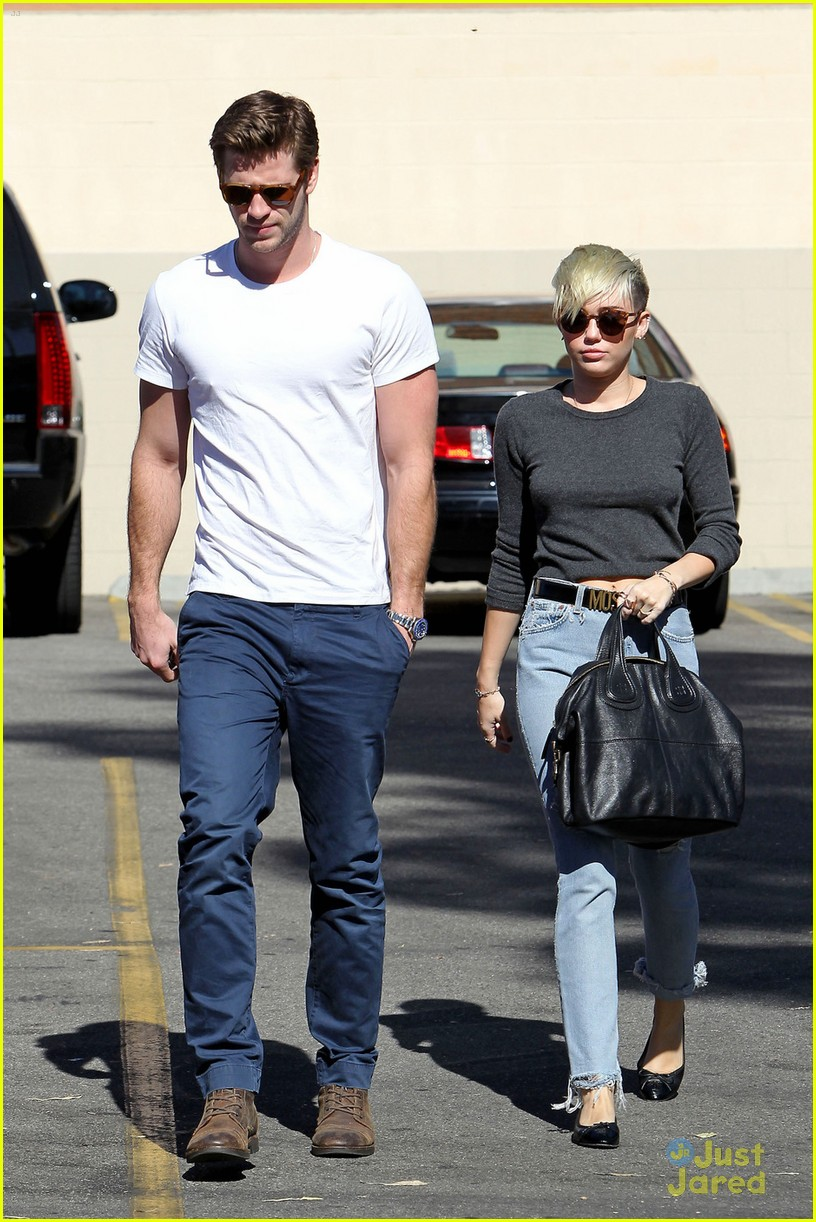 miley cyrus liam hemsworth starbucks stop 01