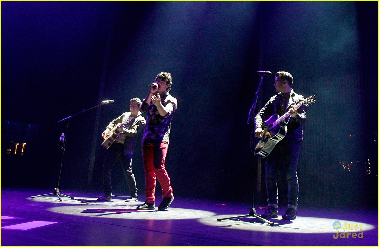jonas brothers debut new songs at radio city music hall 04