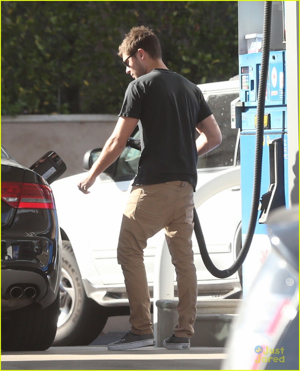 zac efron gas station stop 01