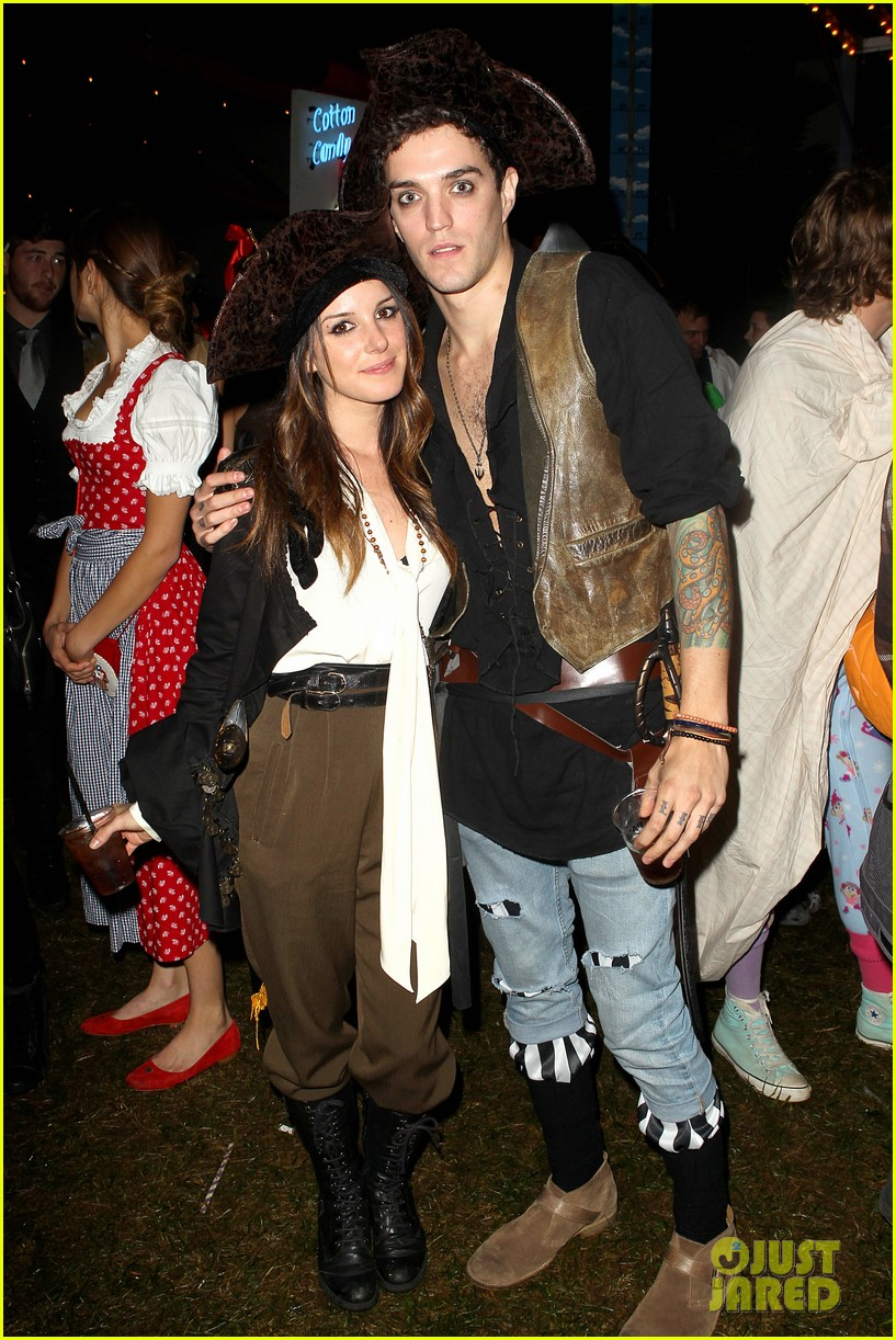 shenae grimes pirate with josh beech 01