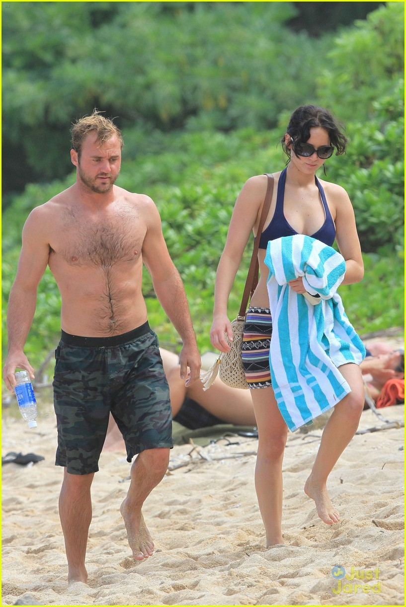 jennifer lawrence thanksgiving beach day 01