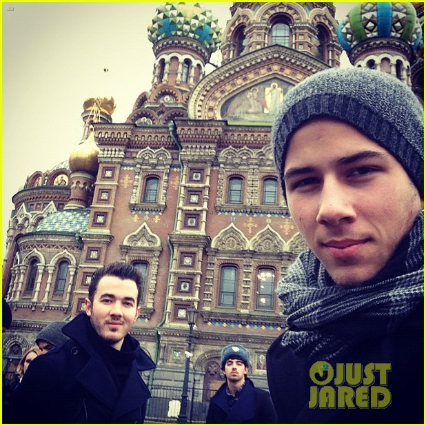 jonas brothers arrive in russia 04