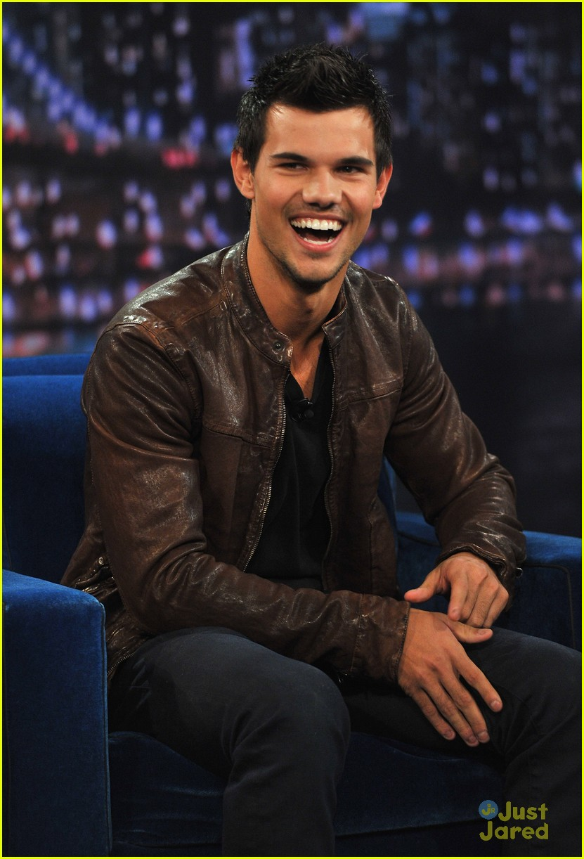 taylor lautner late night race 01