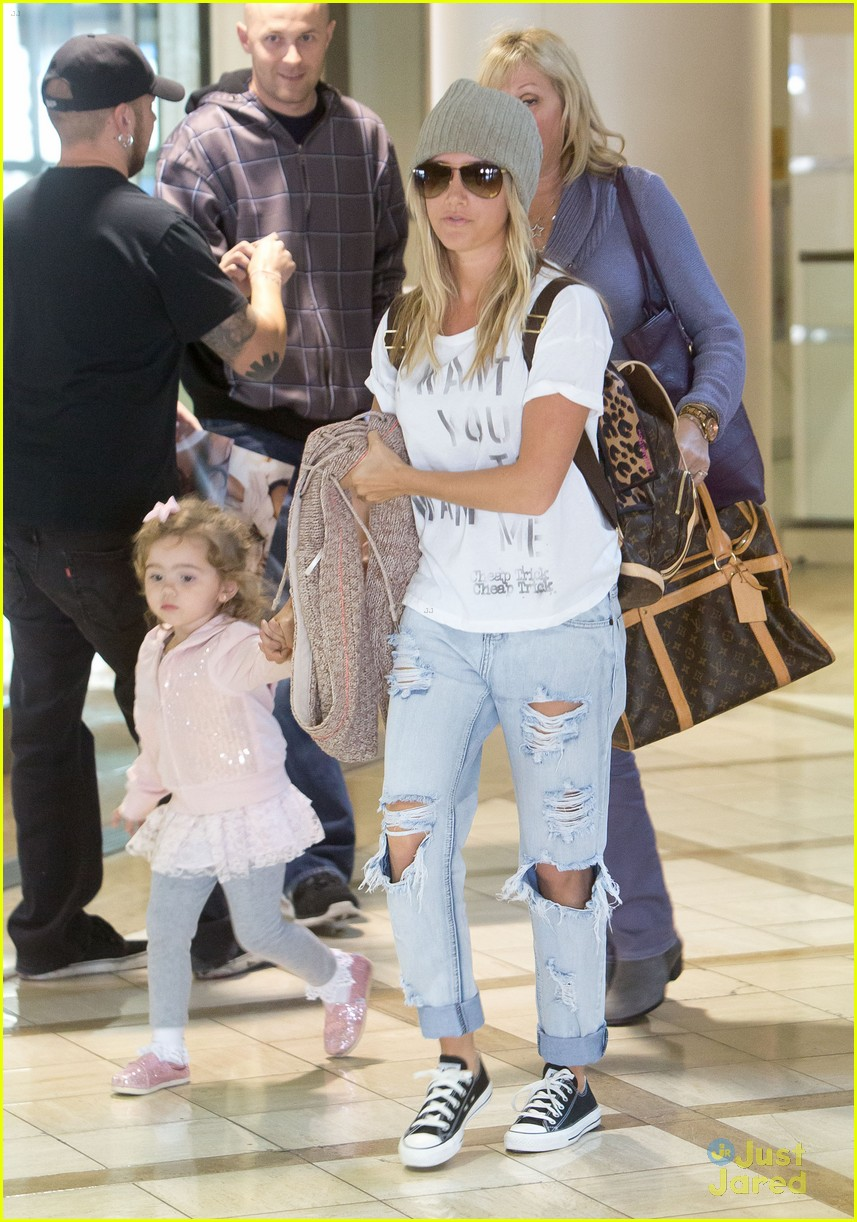 ashley tisdale lax mikayla hold hands 04