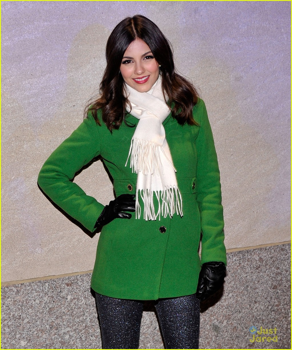 victoria justice rockfeller tree lighting 03