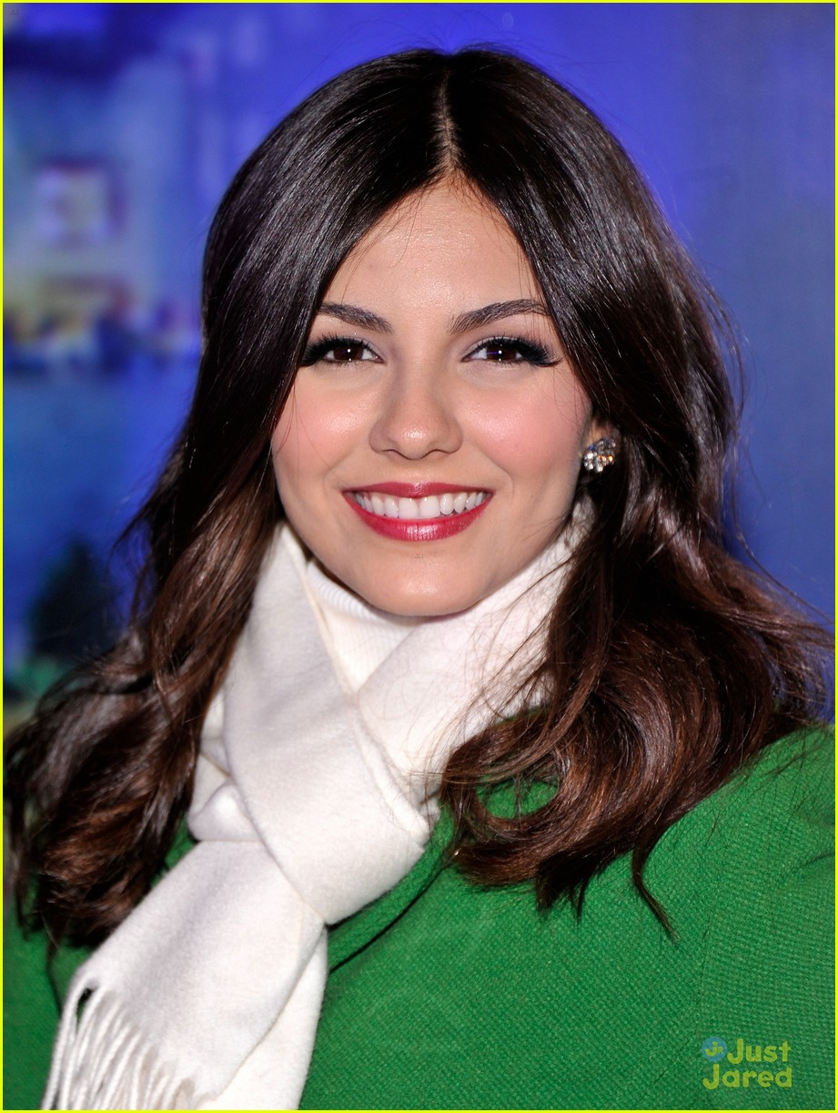 victoria justice rockfeller tree lighting 05