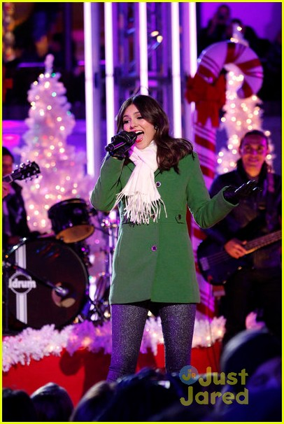 victoria justice rockfeller tree lighting 08