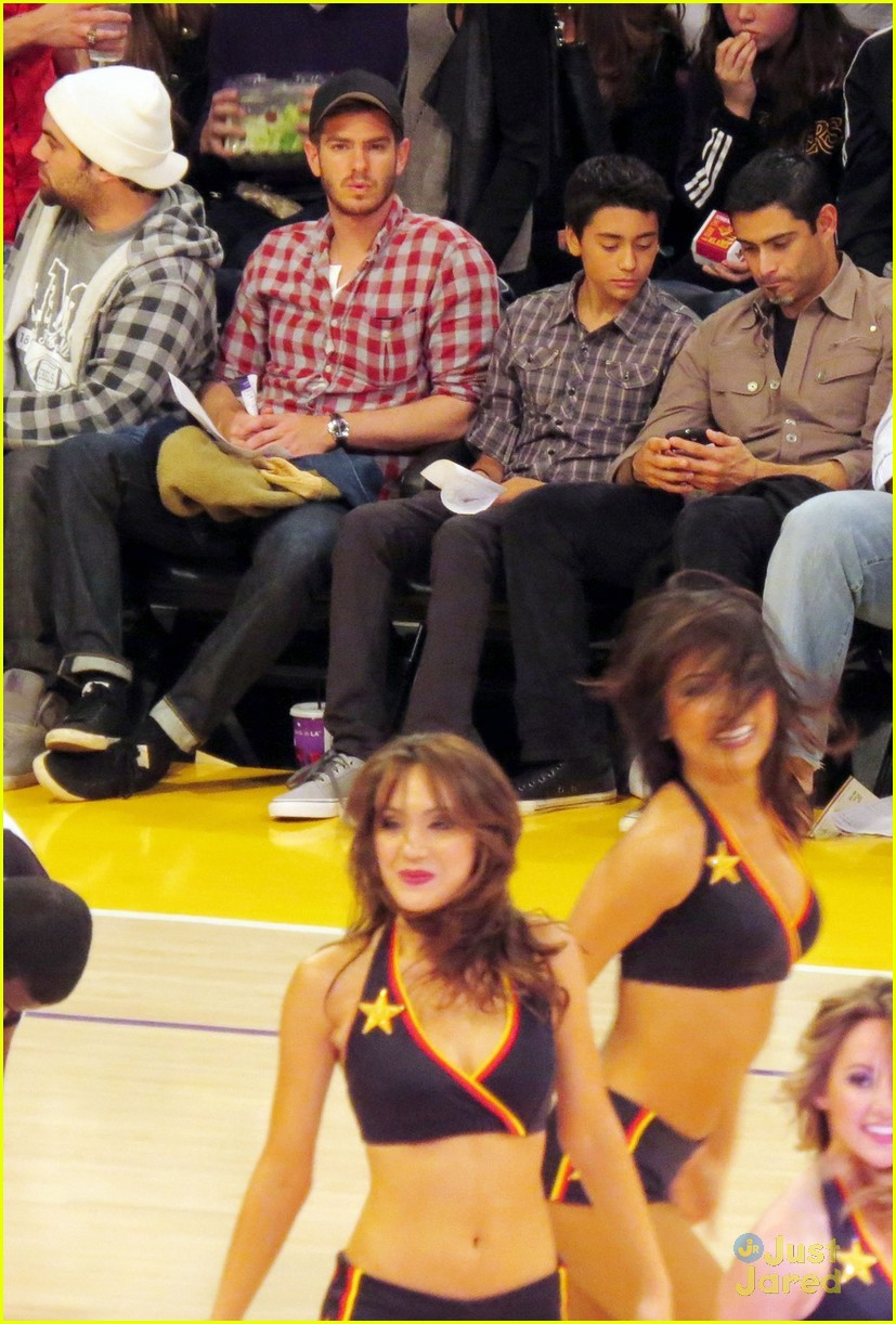 andrew garfield lakers game 01