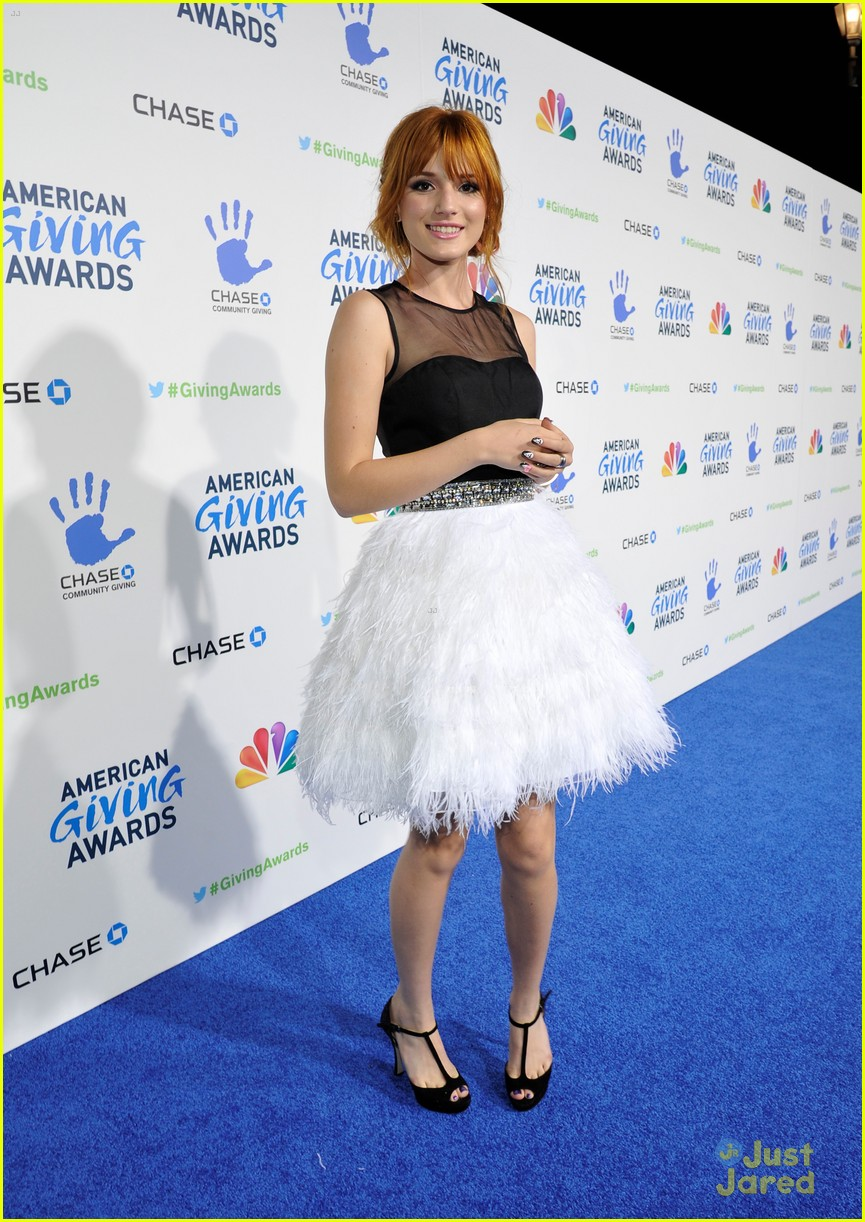bella thorne giving awards 03
