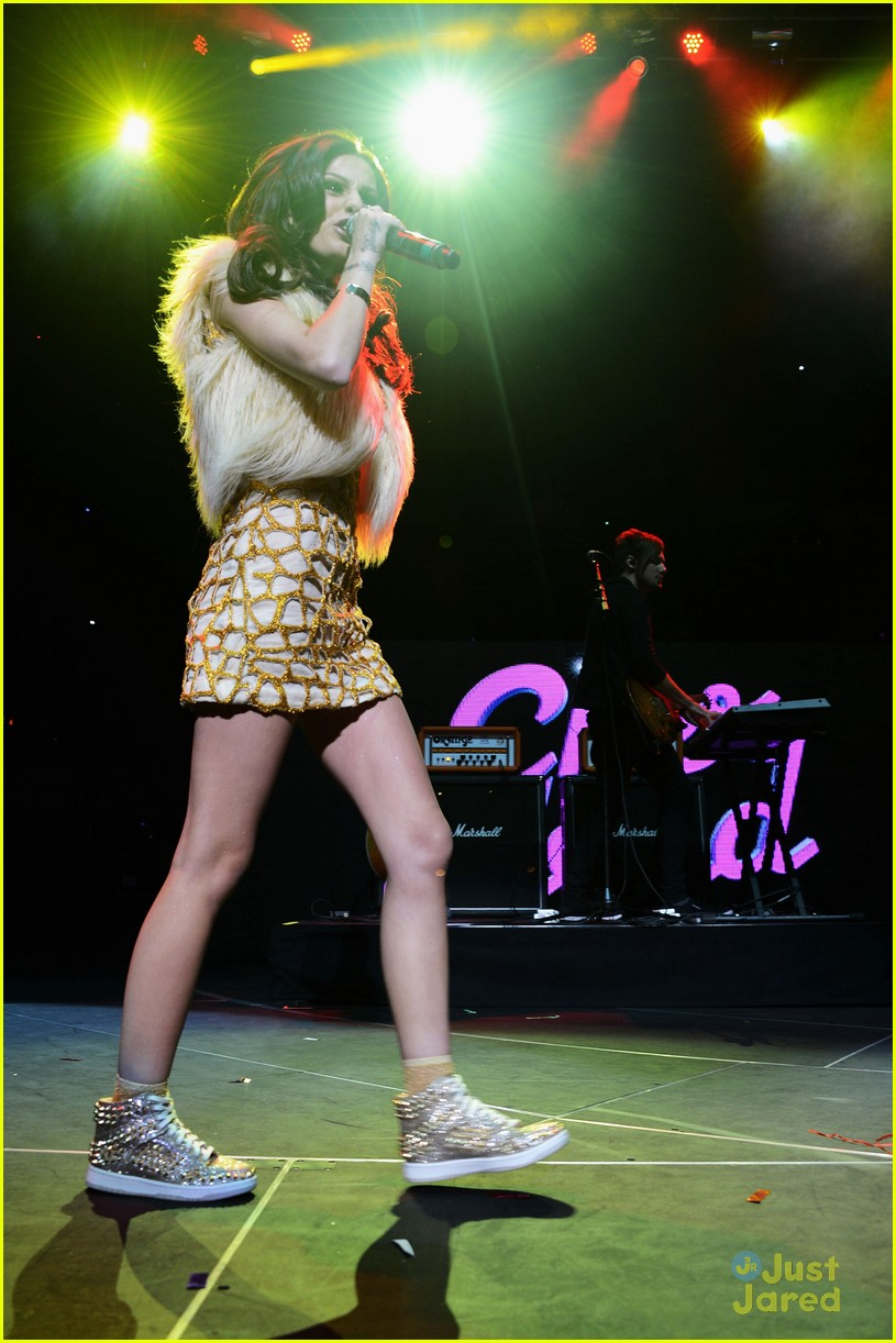 cher lloyd q102 jingle ball 02