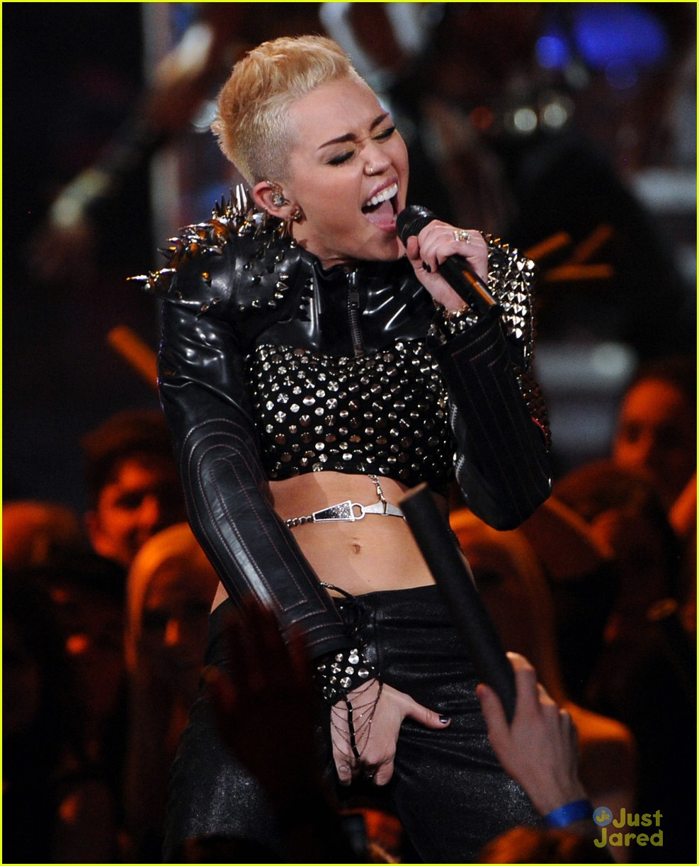 miley cyrus divas performance 15