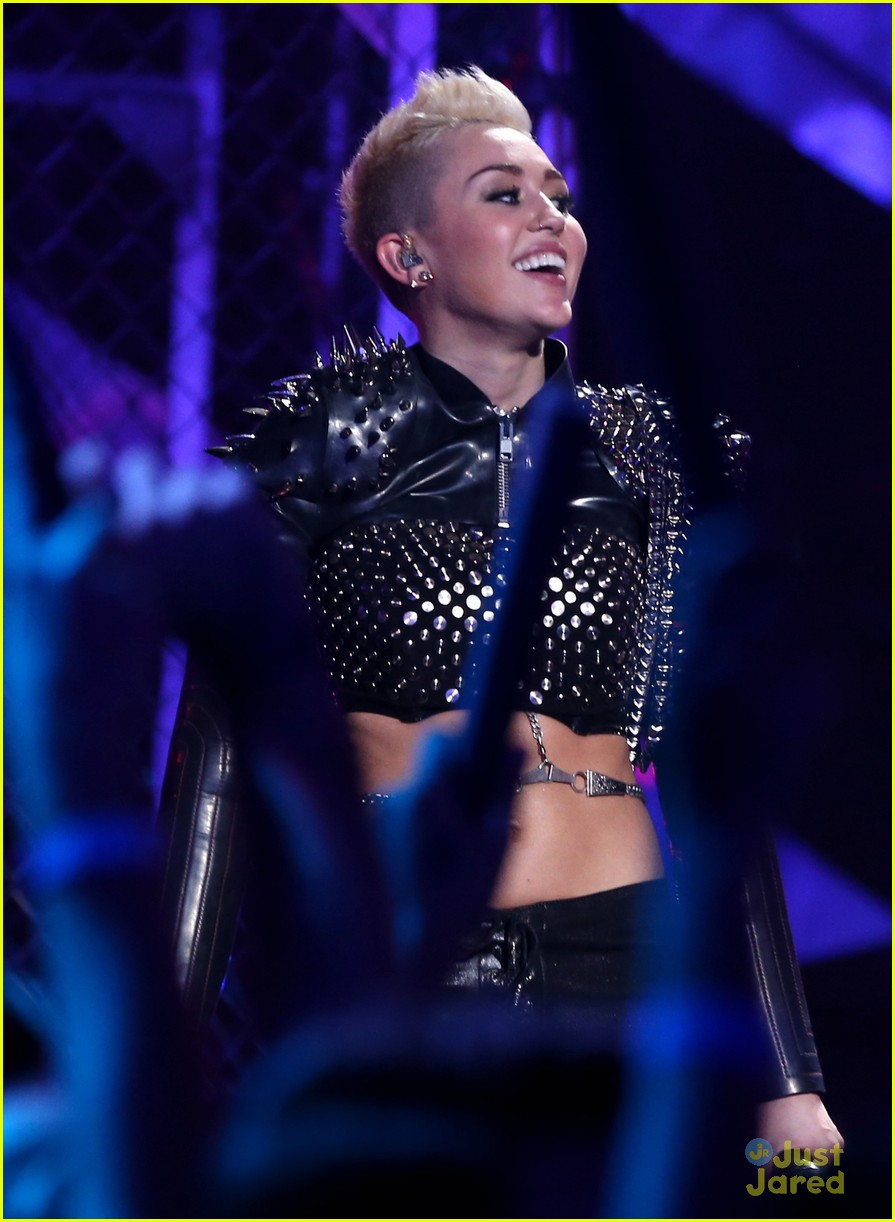 miley cyrus divas performance 16