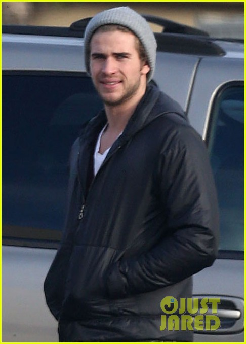liam hemsworth shopping with mom dad 03