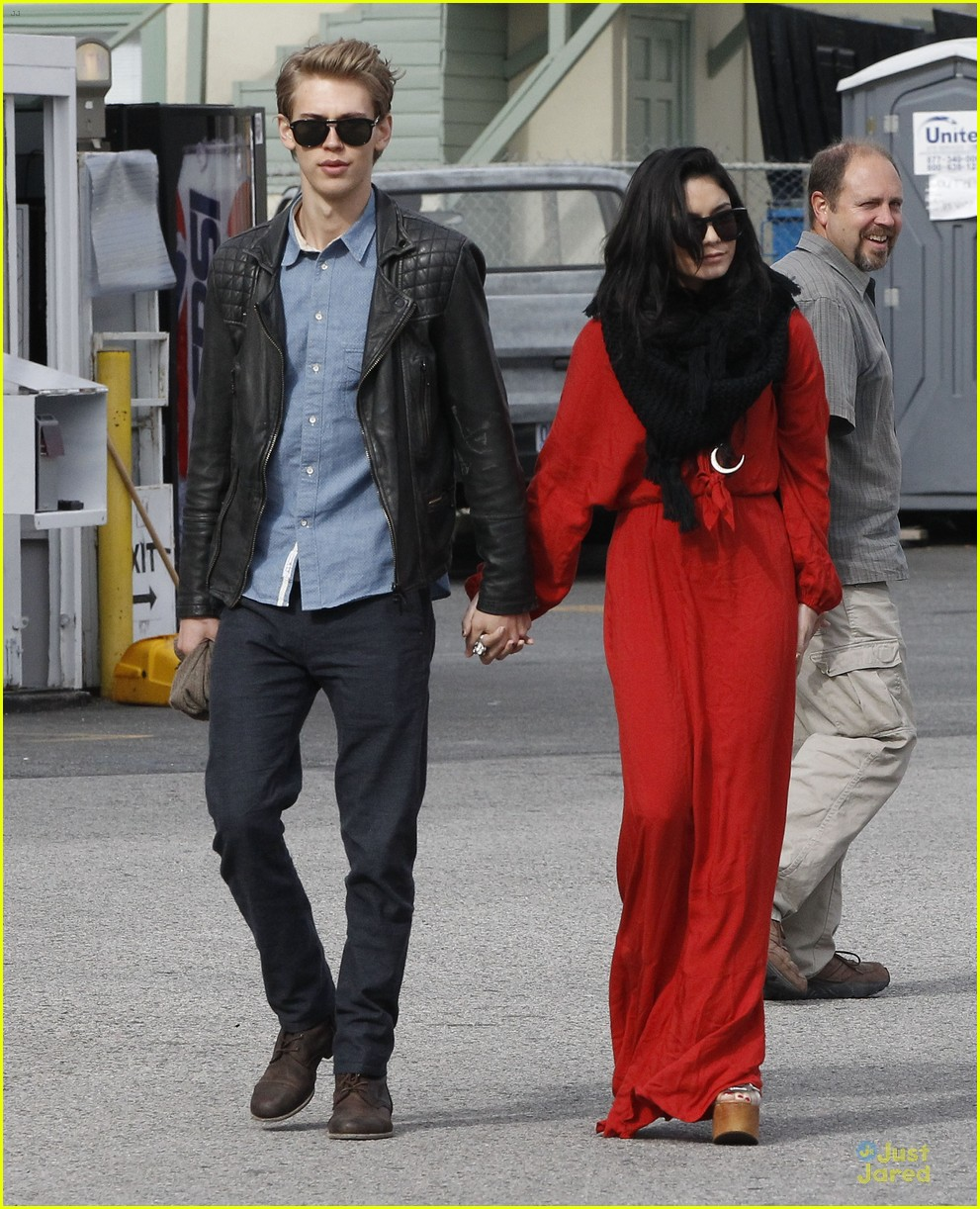vanessa hudgens & austin butler church going couple 12