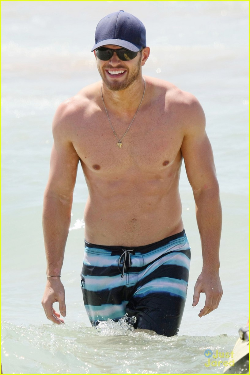 kellan lutz shirtless beach day with sharni vinson 02