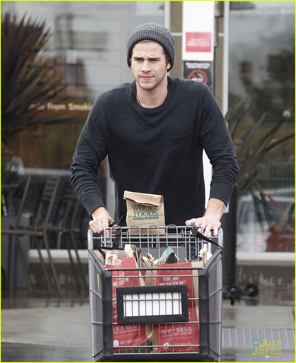 liam hemsworth shopping chris 03
