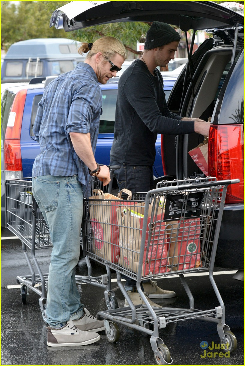 liam hemsworth shopping chris 07