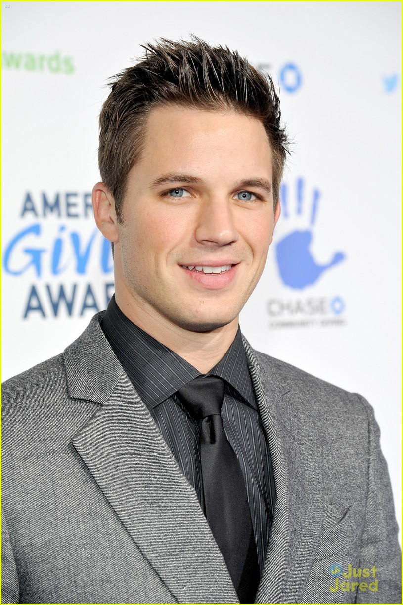 matt lanter giving awards 01