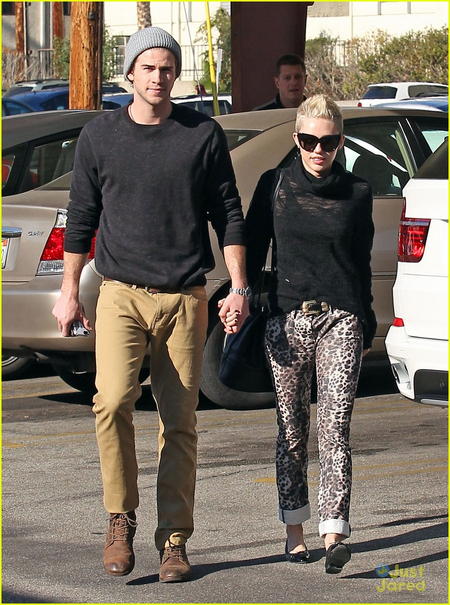 miley cyrus liam hemsworth holding hands at starbucks 01