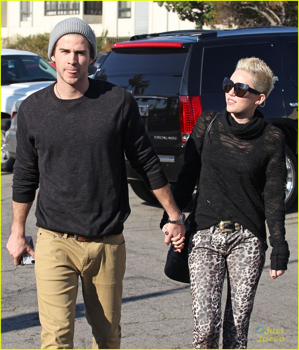 miley cyrus liam hemsworth holding hands at starbucks 06