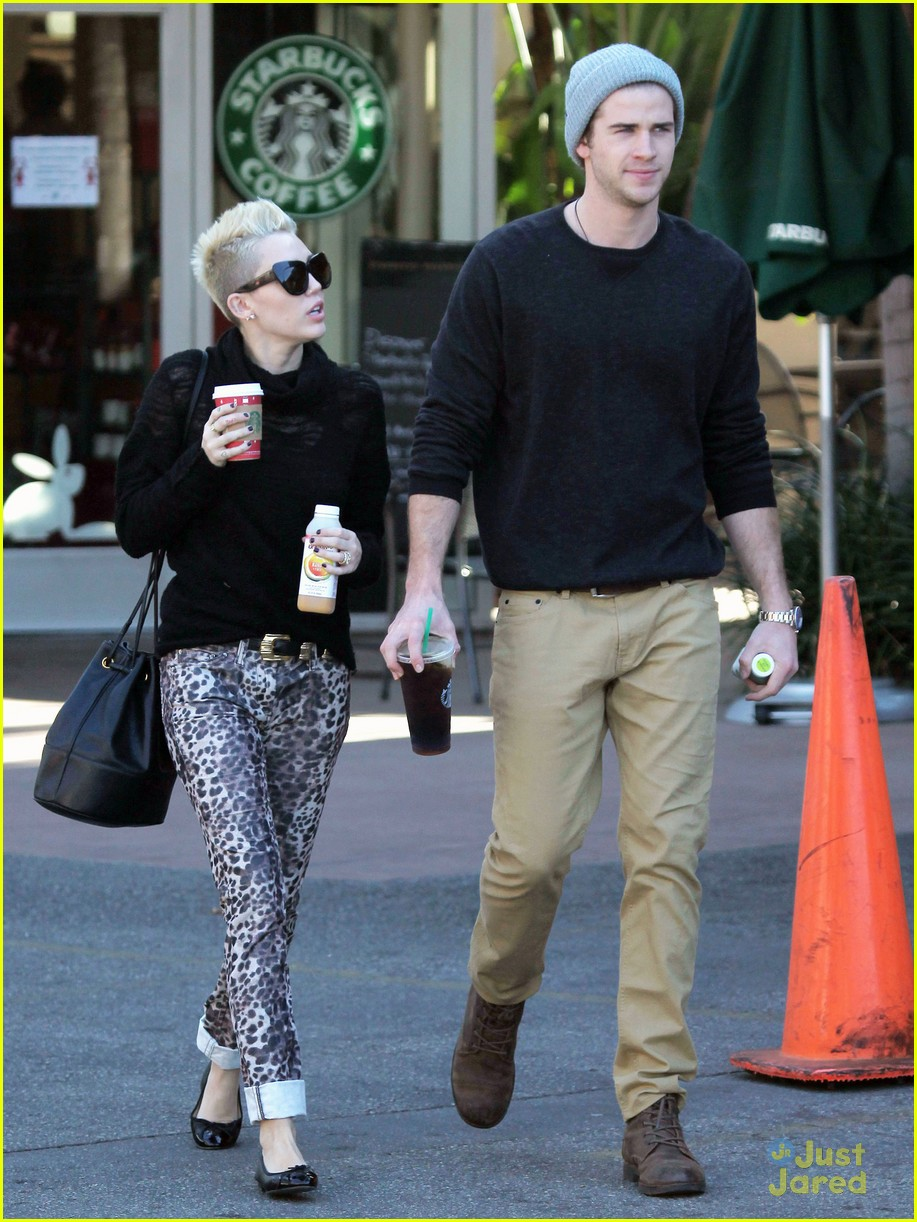 miley cyrus liam hemsworth holding hands at starbucks 17
