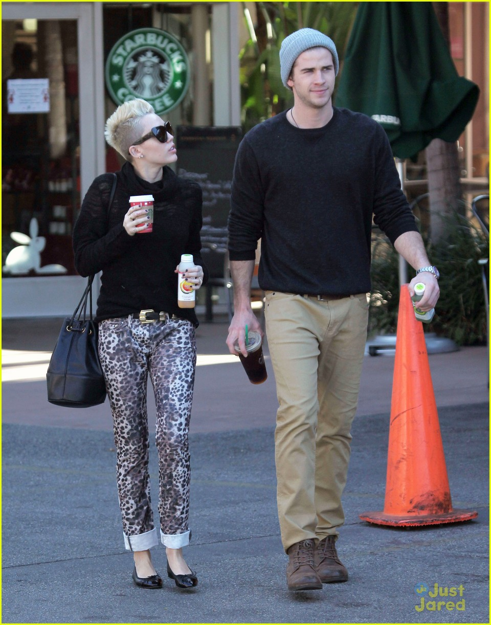 miley cyrus liam hemsworth holding hands at starbucks 18