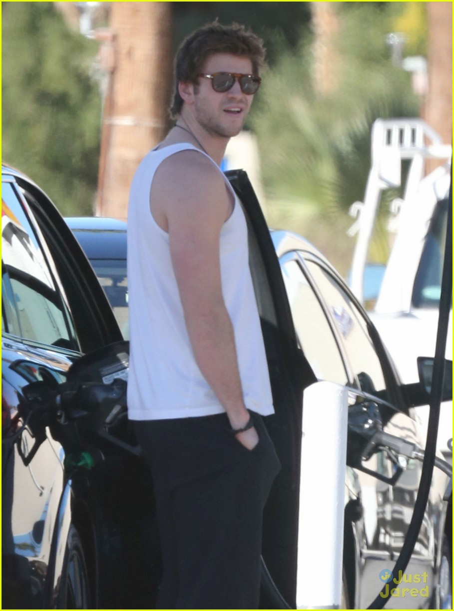 miley cyrus liam hemsworth post christmas family gathering 02