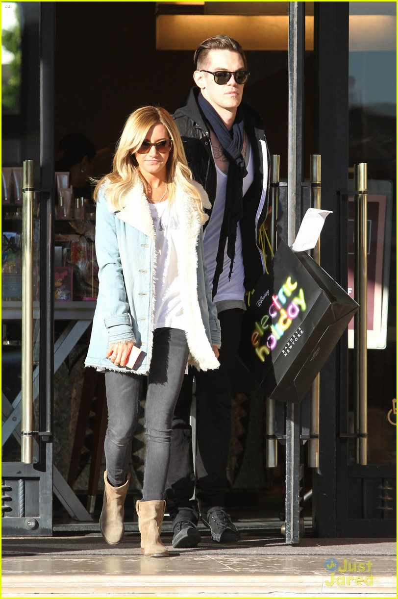 ashley tisdale burton snowboard 23