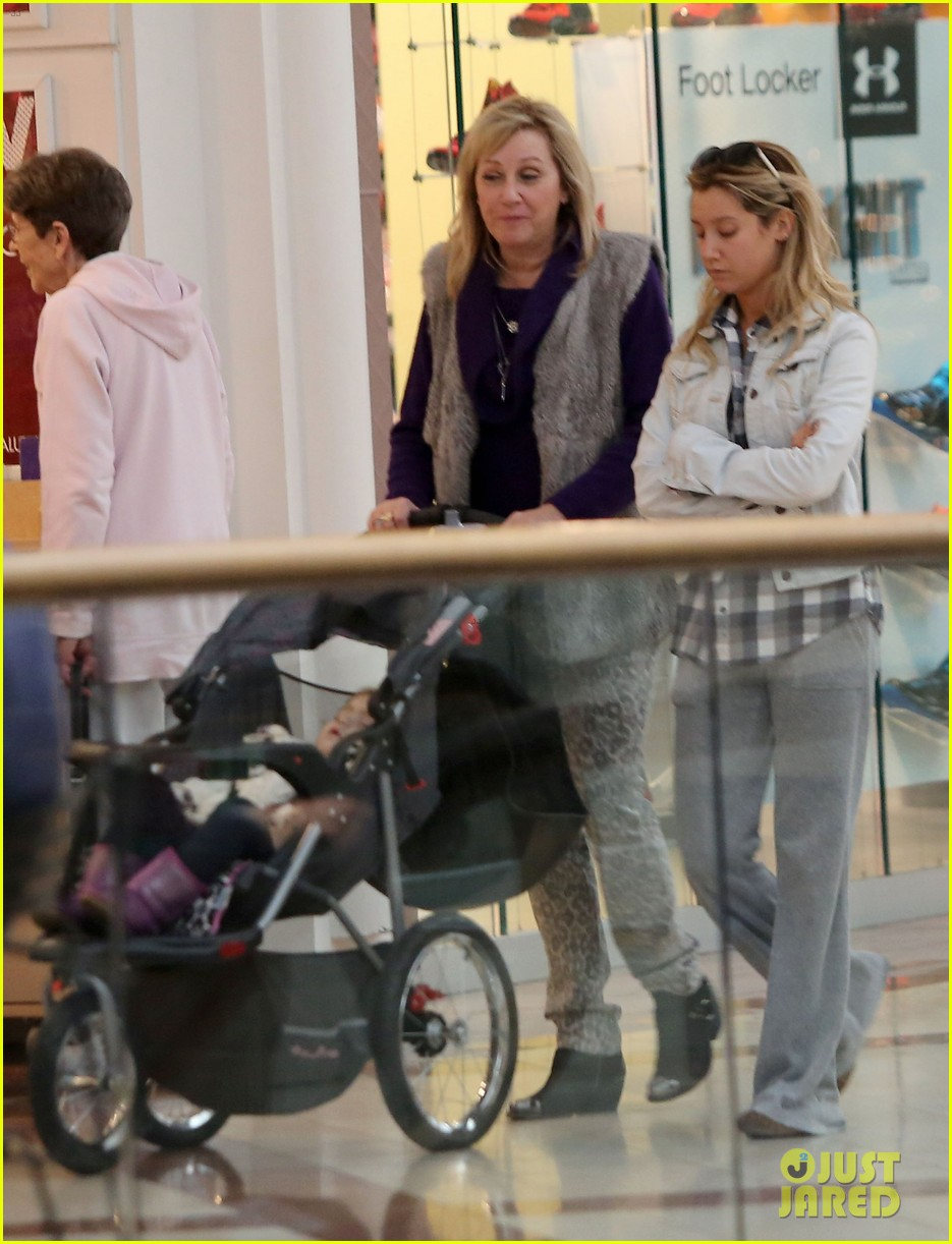 ashley tisdale holiday shopping with mom 04