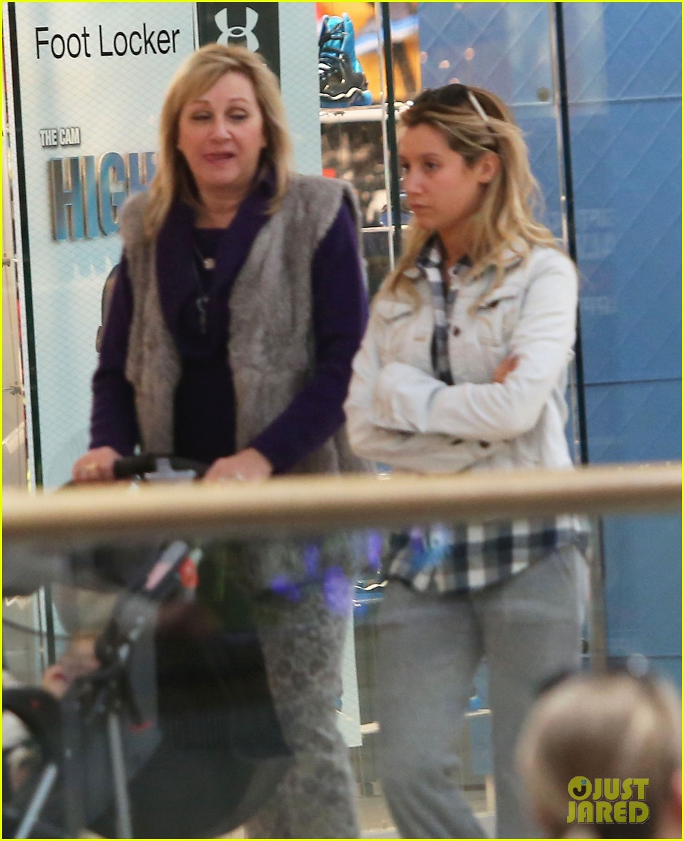 ashley tisdale holiday shopping with mom 09