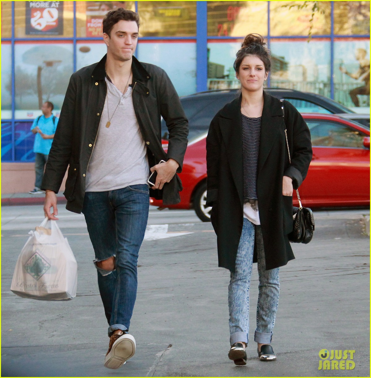 shenae grimes smiling shopping josh beech 02