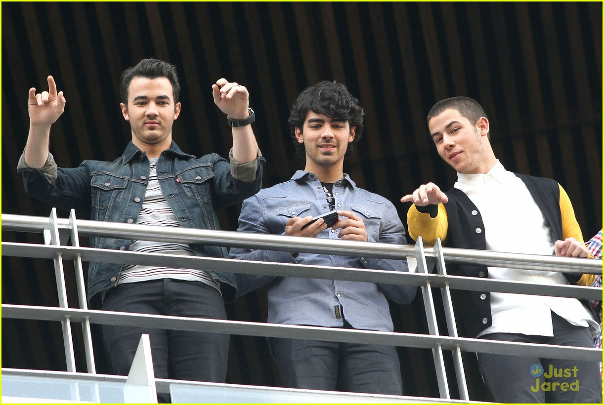 jonas brothers married photo call 01