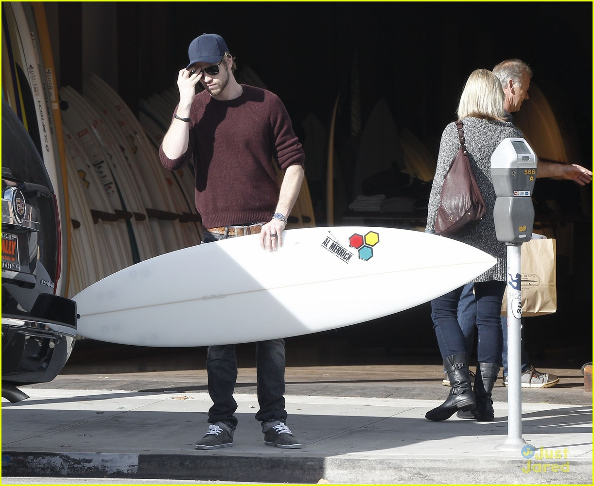 miley cyrus liam hemsworth surfboard 13