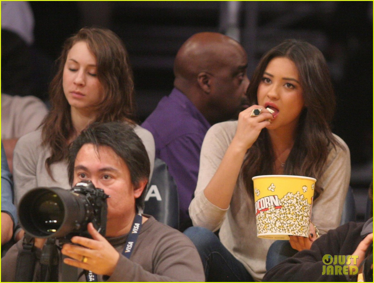 shay mitchell troian bellisario lakers game girls 01