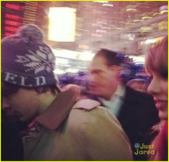 taylor swift harry styles kiss at midnight on new years eve pics 01