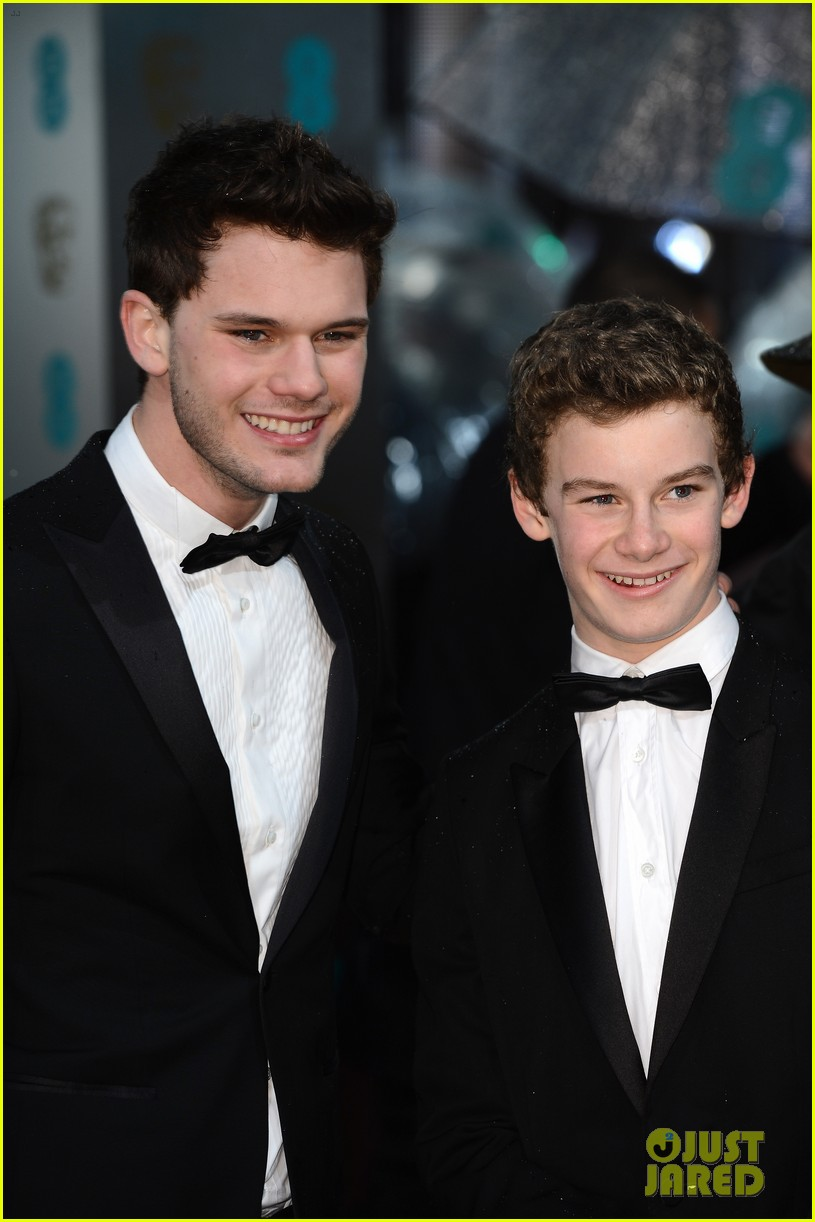 jeremy irvine baftas red carpet 01