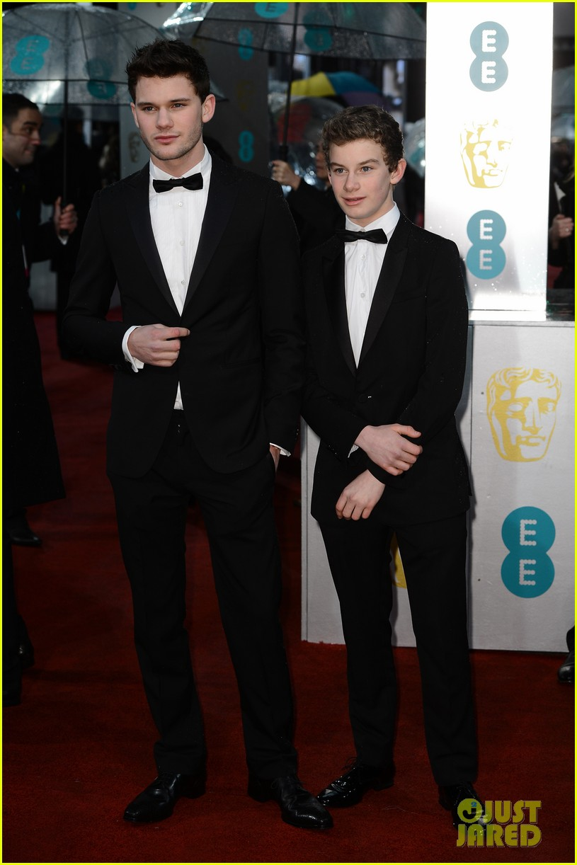 jeremy irvine baftas red carpet 10