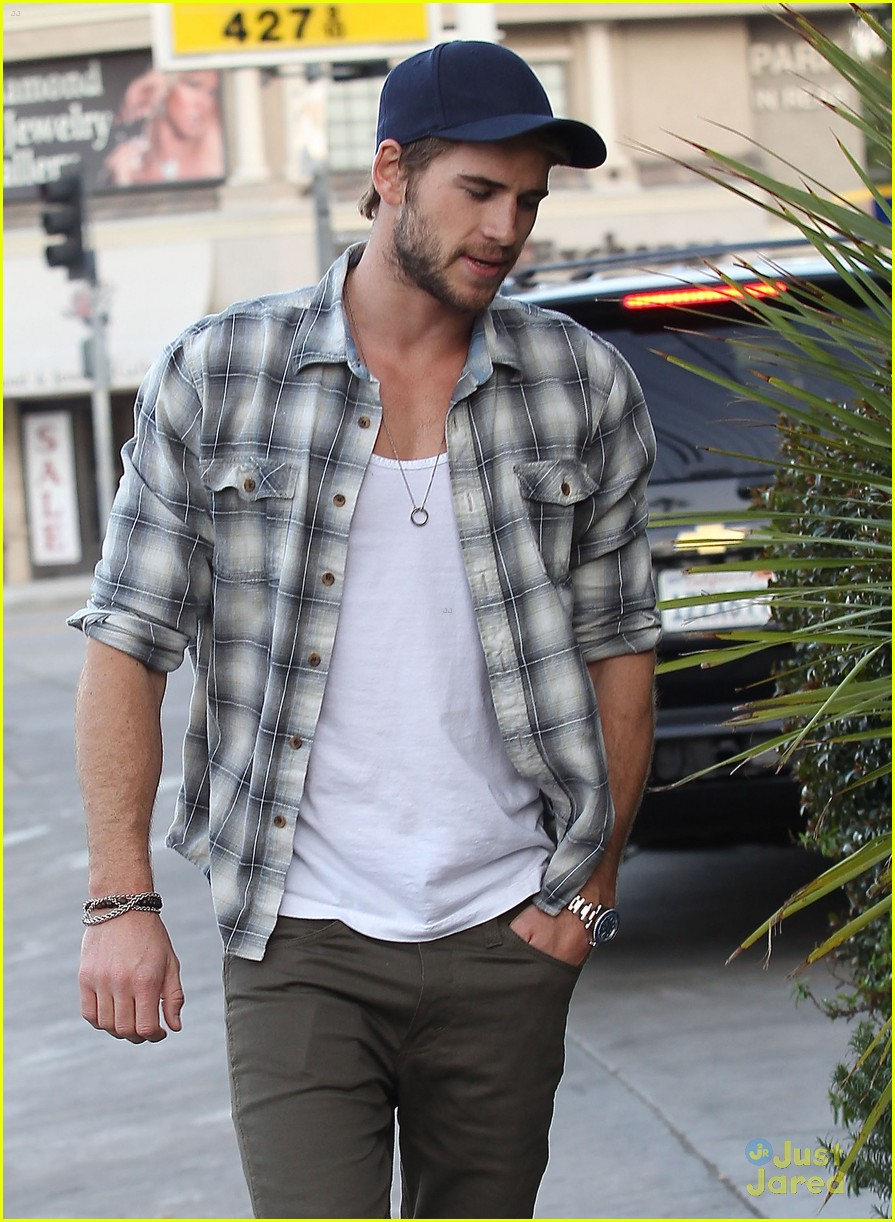 liam hemsworth lunch studio city 05