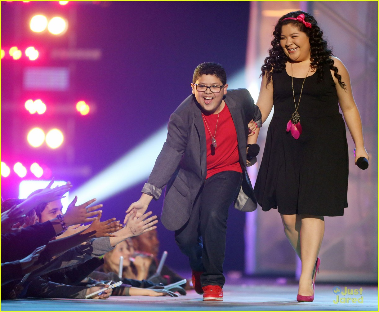 laura marano raini rico rodriguez hall game awards 01