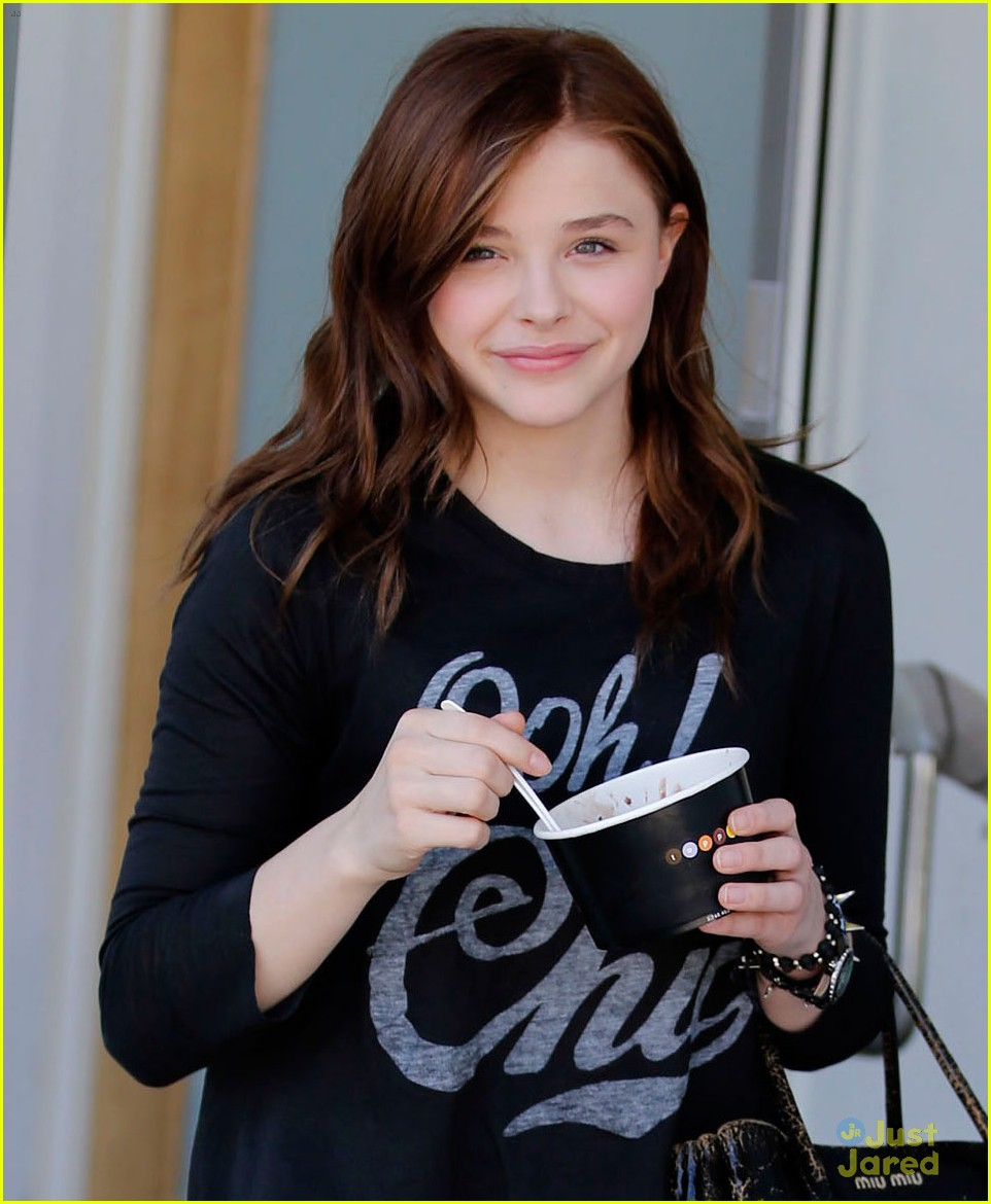 chloe moretz frozen yougurt stop 04